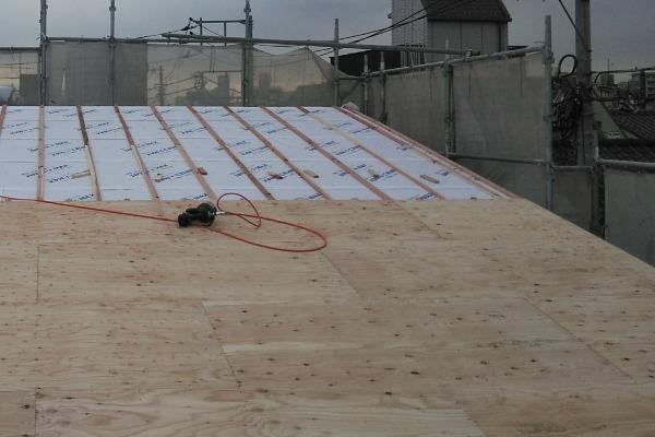 屋根葺き替え作業(野地板の設置)