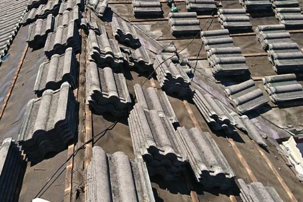 屋根葺き替え作業(屋根材の撤去)