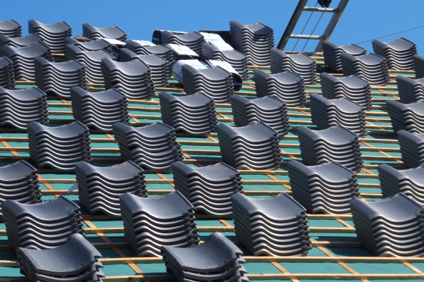 屋根葺き替え作業(新しい屋根材を設置)